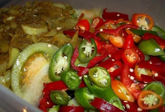 Перцы нарезаем и добавляем к остальным ингредиентам
