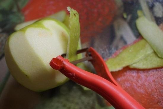 снимем с яблока кожицу