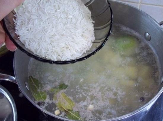 Рис хорошо промываем и добавляем в кастрюлю