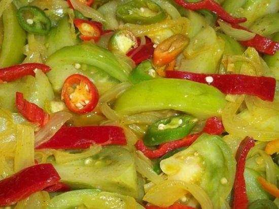 Остудим слегка уксус и зальем им овощи