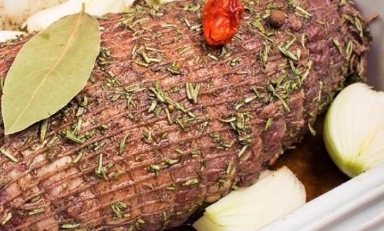 Выкладываем мясо в форму, а сверху располагаем листики лавра