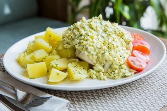 готовится рыба по-польски с яйцом