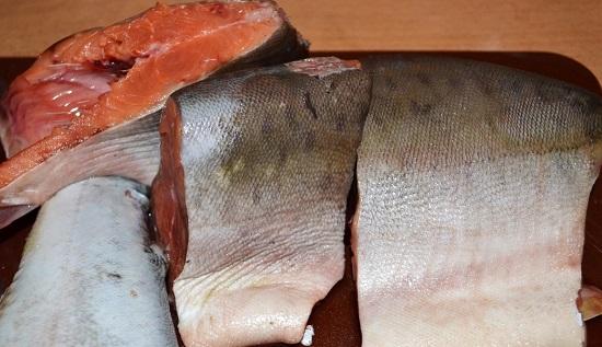Хорошенько промоем рыбу и уберем лишнюю влагу