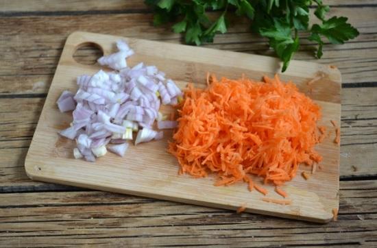 Рубим лучок мелко ножом, а морковь измельчаем