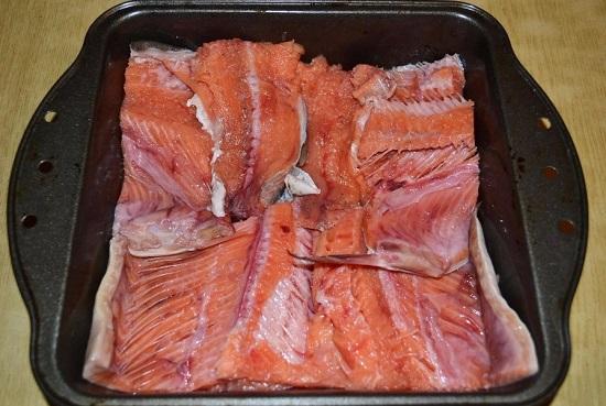 выкладываем рыбное филе кожицей вниз