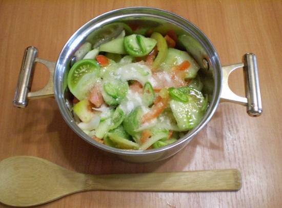 Выложим овощи, сахарный песок и соль в кастрюльку
