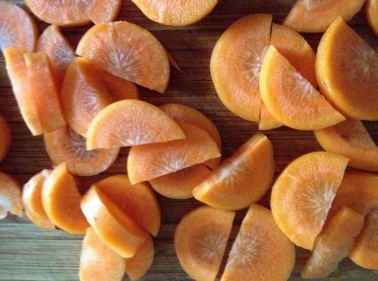 Морковь очищаем