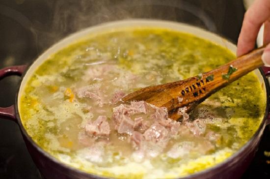 Выключите плиту и дайте супу немного настояться.