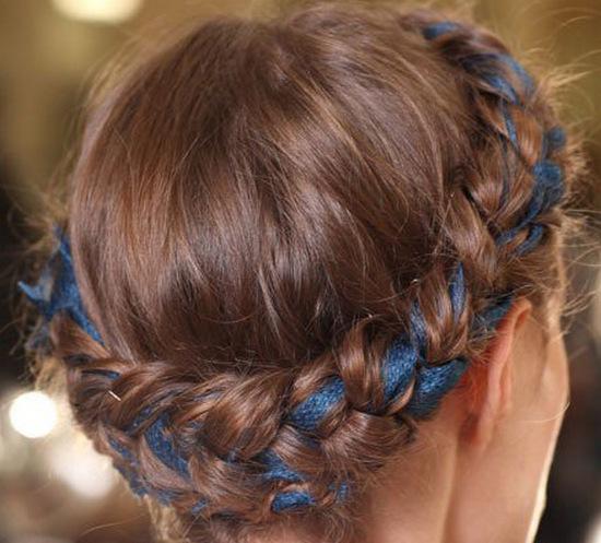 Как ввести ленту в прическу на длинных волосах?