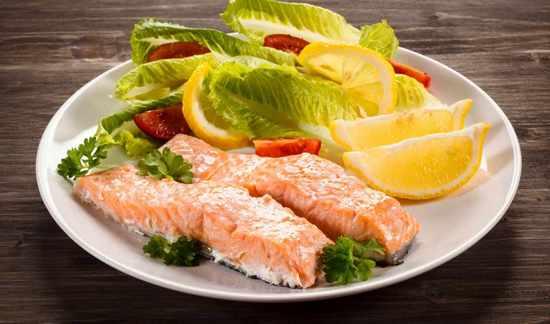 паровая рыба с овощным салатом