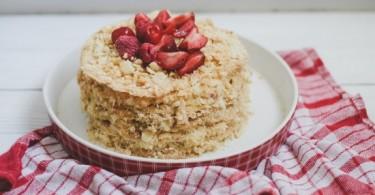 Торт «Наполеон» из готовых коржей – закусочный и со сгущенкой