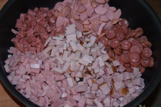 Измельчаем кубиками выбранные колбасные изделия