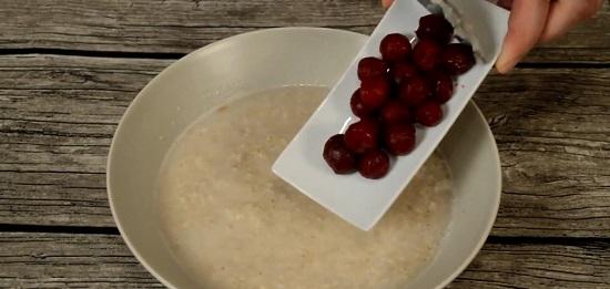 Добавляем в овсяную кашу вишневые ягоды
