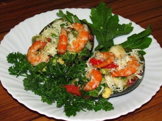 салата с авокадо и креветками, и помидорами