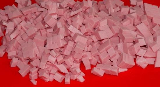 Вареную колбасу измельчаем равноценными кубиками