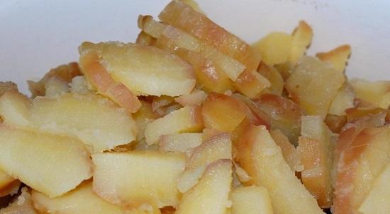 Измельчаем картофельные клубни ножом