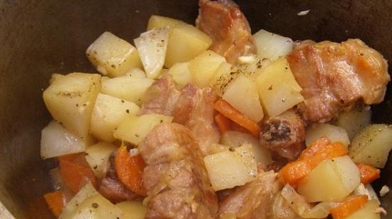 Добавляем картофель в казанок, вводим пряности