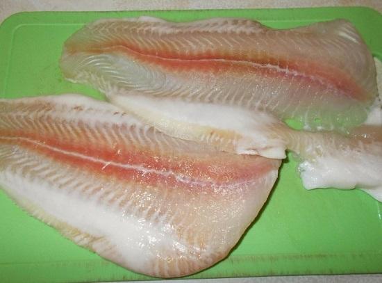 Рыбное филе хорошенько промываем