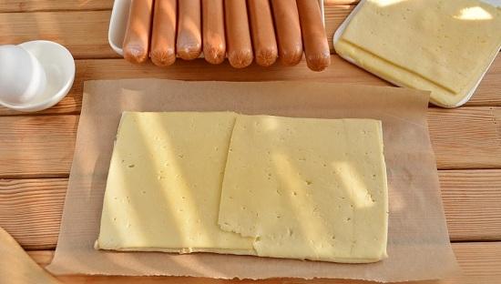 Сыр нарежем пластинками