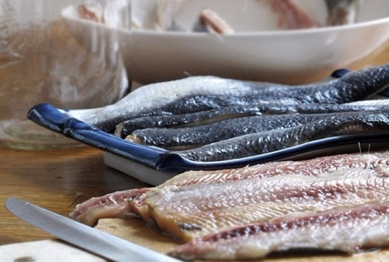Отделяем филе рыбки от косточек