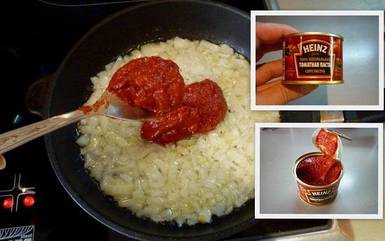 Добавим в лук томатную пасту