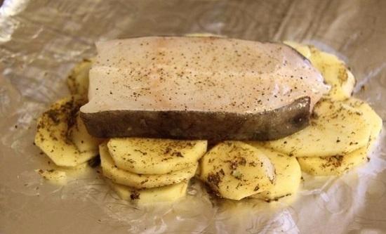 на картофельную подушку выкладываем стейк зубатки