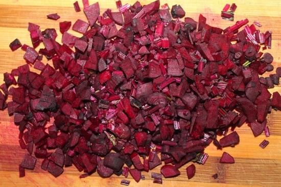 измельчаем кубиками свекольные корнеплоды