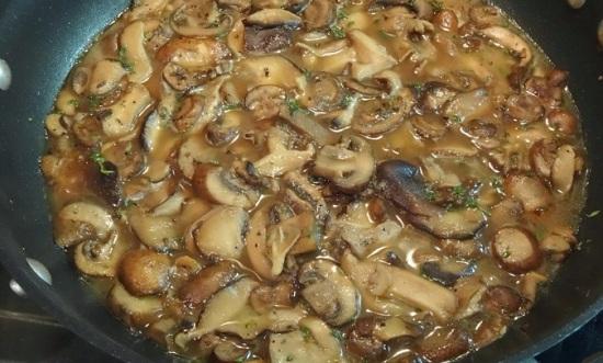 Обжариваем грибы на масле сливочном