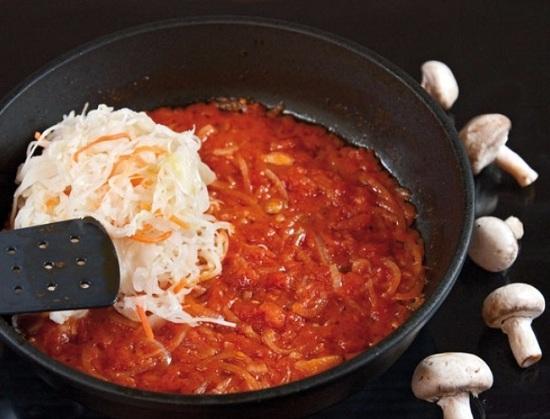 добавляем в сковороду консервированные помидоры