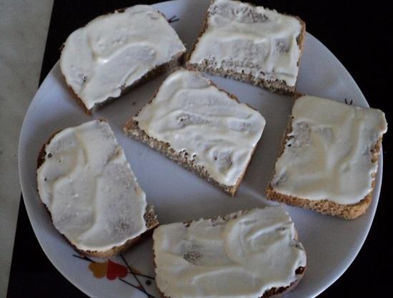 смазываем майонезом хлеб