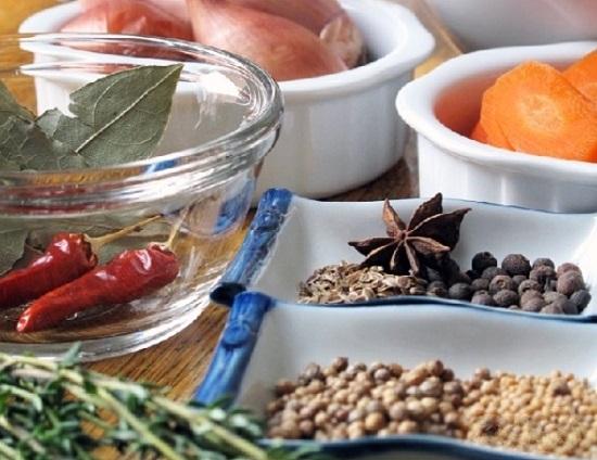 добавляем укропные семена и кориандр