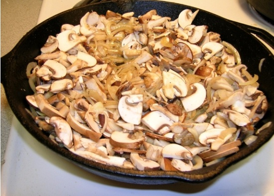 Выложим грибы в сковороду к луку