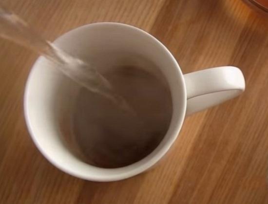 Кофе заливаем горячей водичкой и размешиваем