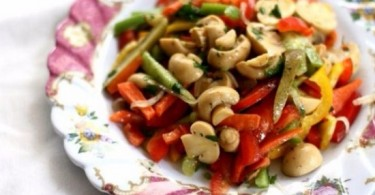 Салат с консервированными грибами и курицей: рецепты