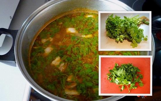 Просушим зелень, мелко порубим ножом и добавим в суп