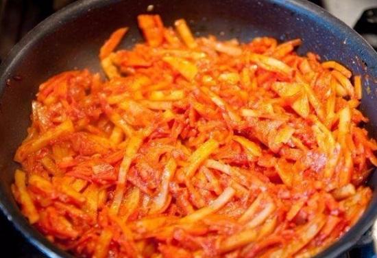 Размешиваем овощи и обжариваем