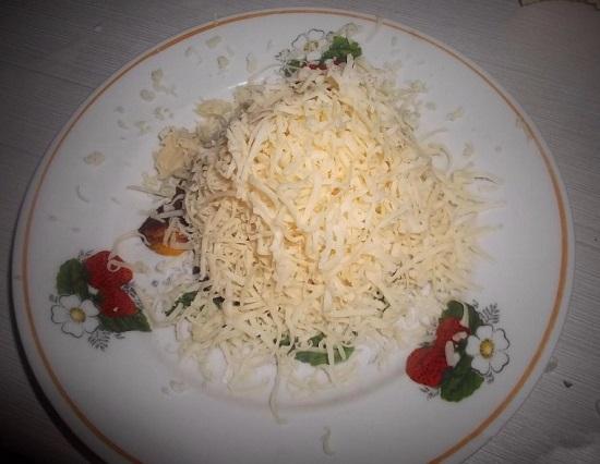 Сыр твердого сорта измельчаем