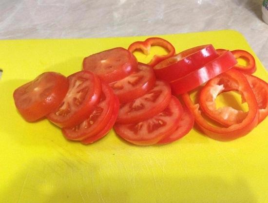 Свежие томаты промываем