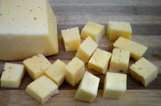 Сыр твердого сорта нарезаем небольшими кубиками