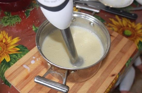 Немного остужаем суп и взбиваем его