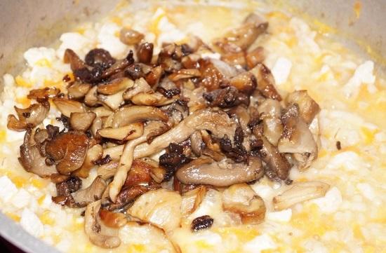 Добавляем обжаренные грибы к остальным ингредиентам