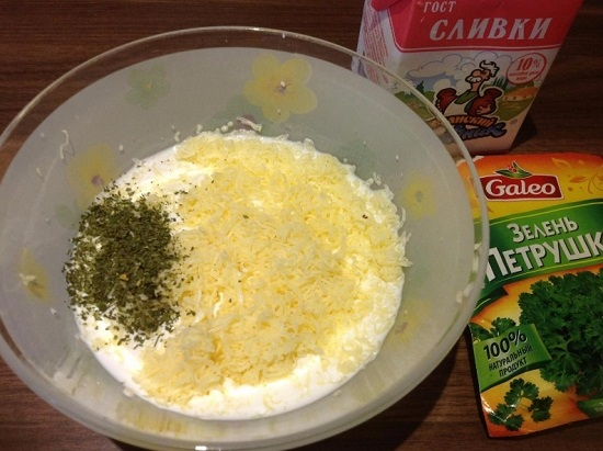 Добавляем тертый сыр, сушеную зелень