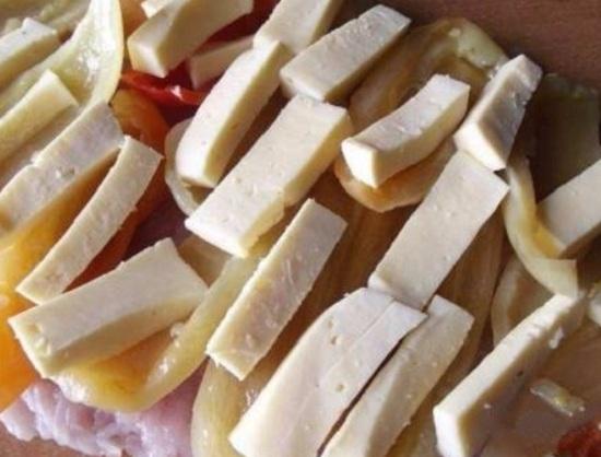 Сыр нарежем нетолстыми брусочками