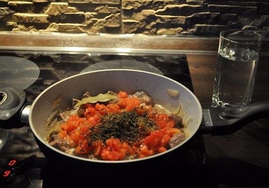добавляем измельченные томаты