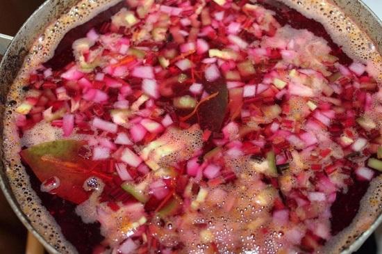 добавляем листики лавра и перцевую смесь