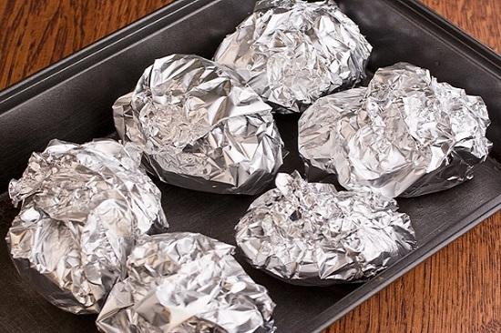 Выкладываем картофель с салом на противень