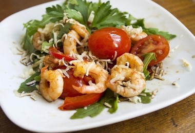 Салат с креветками и помидорами: рецепты пошаговые на выбор