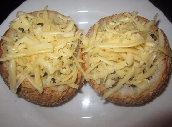 Сыр натираем и посыпаем жульен