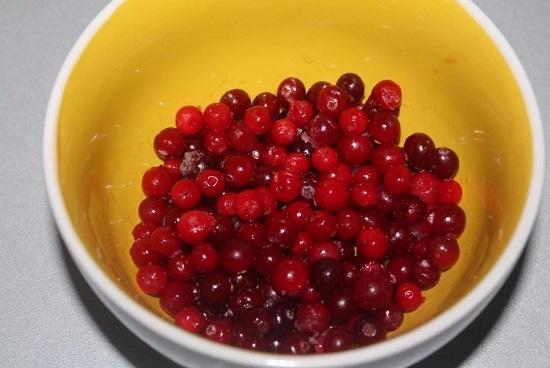 Клюквенные ягоды, можно замороженные, выкладываем в пиалу