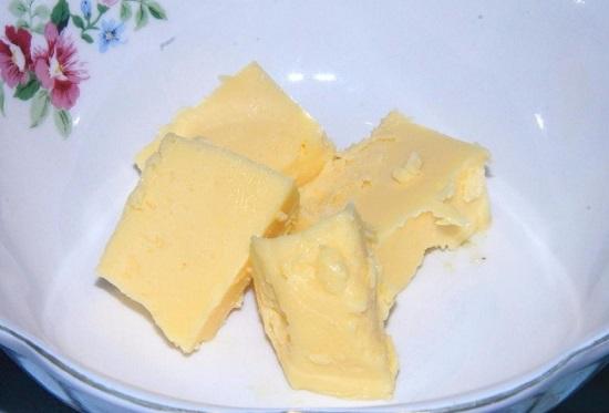 сливочное масло выкладываем в пиалу